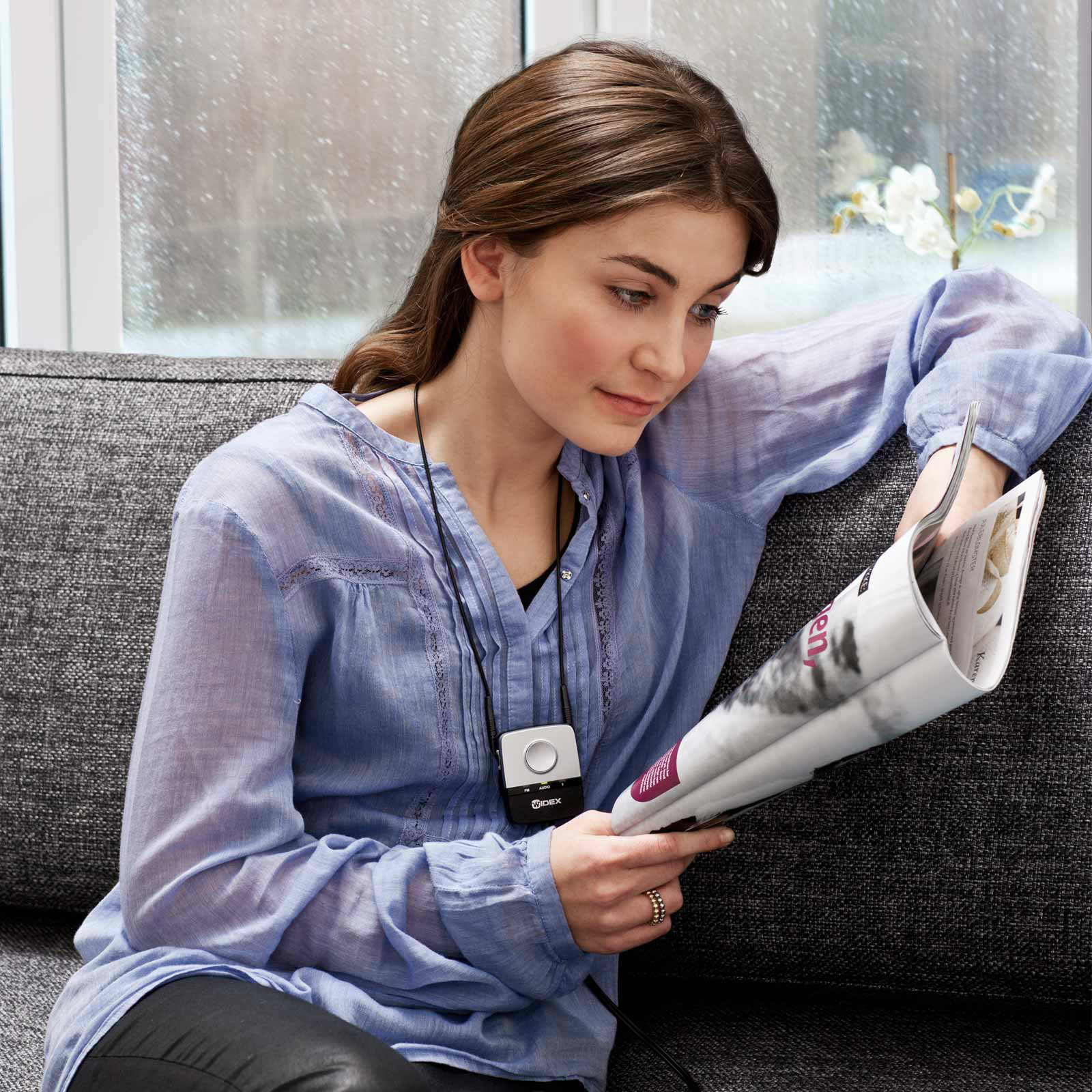 fm-dex-woman-couch-reading-magazine
